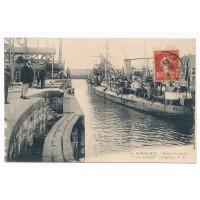 CPA - (33) - Bordeaux entrée des Docks Le carquois torpilleur